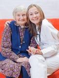 Oude vrouw en de zoete jonge arts Royalty-vrije Stock Fotografie