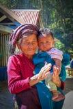 Oude vrouw en jong kind samen in een bergdorp, Nepal stock afbeeldingen