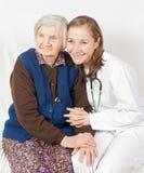 Oude vrouw en jonge arts Stock Foto's