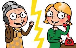 Oude vrouw en jonge vrouw die op telefoon spreken Royalty-vrije Stock Foto