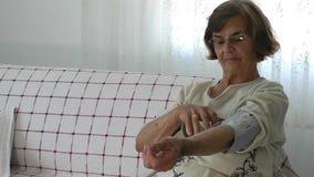 Oude Vrouw en Sphygmomanometer stock video