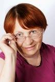 Oude vrouw in glazen Royalty-vrije Stock Foto's