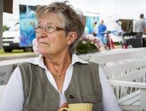 Oude vrouw het drinken koffie Royalty-vrije Stock Foto's