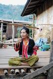 Oude Vrouw, het Rode Stammendorp van Lahu, Noordwestenthailand Royalty-vrije Stock Fotografie