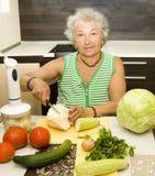 Oude vrouw in keuken het koken Royalty-vrije Stock Fotografie