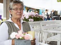 Oude vrouw in koffie Stock Afbeeldingen