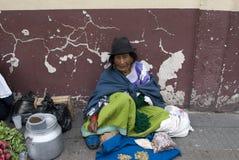 Oude vrouw in markt royalty-vrije stock afbeelding