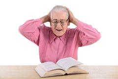 Oude vrouw met boek Stock Afbeelding