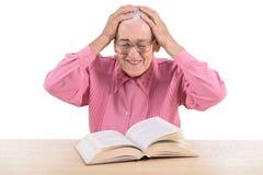 Oude vrouw met boek Stock Fotografie