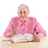 Oude vrouw met boek Royalty-vrije Stock Fotografie