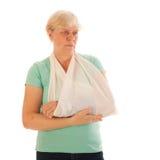 Oude vrouw met gebroken pols in gips Stock Afbeeldingen