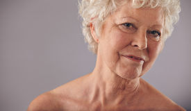 Oude vrouw met gerimpelde huid Stock Foto