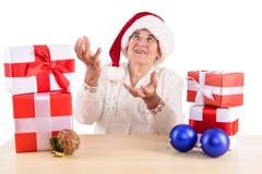 Oude vrouw met giftdoos Stock Foto's
