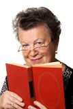 Oude vrouw met het rode boek Royalty-vrije Stock Fotografie