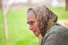 Oude vrouw met hoofddoek Royalty-vrije Stock Foto's
