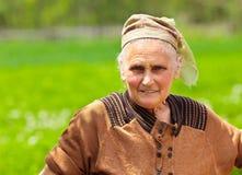 Oude vrouw met hoofddoek openlucht Stock Foto