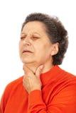 Oude vrouw met laryngitissen Stock Afbeeldingen