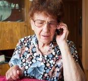 Oude vrouw met mobiele telefoon Royalty-vrije Stock Foto