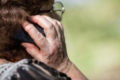 Oude vrouw met mobiele telefoon Stock Fotografie