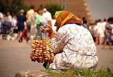 Oude vrouw met pretzels royalty-vrije stock afbeelding