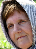 Oude vrouw met sjaal Stock Afbeeldingen