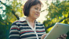 Oude vrouw met tabletpc stock footage