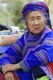 Oude vrouw op de markt royalty-vrije stock afbeelding