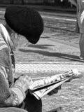 Oude vrouw op de straat stock afbeeldingen