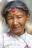 Oude vrouw protrait in nationale kleren Stock Foto