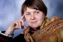 Oude vrouw in studio Stock Foto's