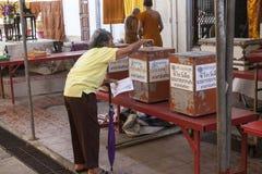 Oude vrouw in tempel in Bangkok Stock Foto