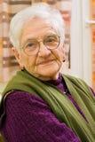 Oude vrouw thuis Stock Fotografie