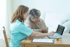 Oude vrouw tijdens medisch overleg Stock Fotografie