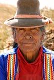 Oude vrouw in Uros Islands in Peru Stock Afbeeldingen