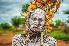 Oude vrouw van de Afrikaanse stam Mursi in haar dorp Stock Foto