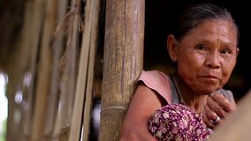 Oude vrouw van de krottenwijken stock video