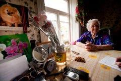 Oude vrouw Veps - kleine Finno-Ugric mensen die op grondgebied van het gebied van Leningrad in Rusland leven Stock Afbeelding