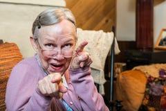 Oude Vrouw in Woonkamer het Dansen Stock Foto