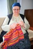 Oude vrouwen breiende wol Stock Foto