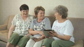 Oude vrouwen die met elkaar thuis spreken stock footage