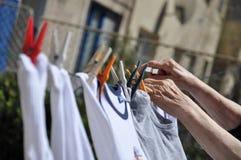 Oude vrouwen hangende kleren op kabel Stock Afbeelding