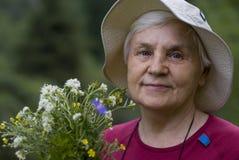 Oude vrouwen met bloemen Stock Afbeeldingen