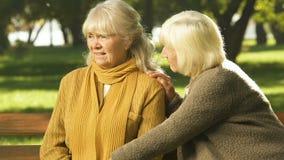 Oude vrouwen ondersteunende vriend in probleem, die samen met verlies, medeleven het hoofd bieden stock videobeelden