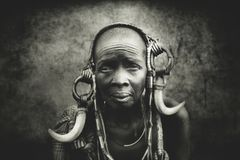 Oude vrouwen van de Afrikaanse stam Mursi, Ethiopië stock foto