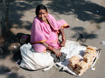 Oude vrouwen verkopende cashewnoot Royalty-vrije Stock Foto