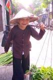 Oude vrouwen verkopende groenten stock afbeelding