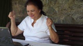 Oude vrouwendans gelukkig door laptop stock video