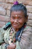 Oude vrouwenglimlachen op de straat Stock Afbeeldingen