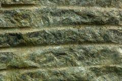 Oude vuile doorstane die muur met kleine barsten wordt behandeld stock afbeelding