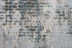 Oude vuile gebarsten grijze concrete muurachtergrond Royalty-vrije Stock Afbeeldingen